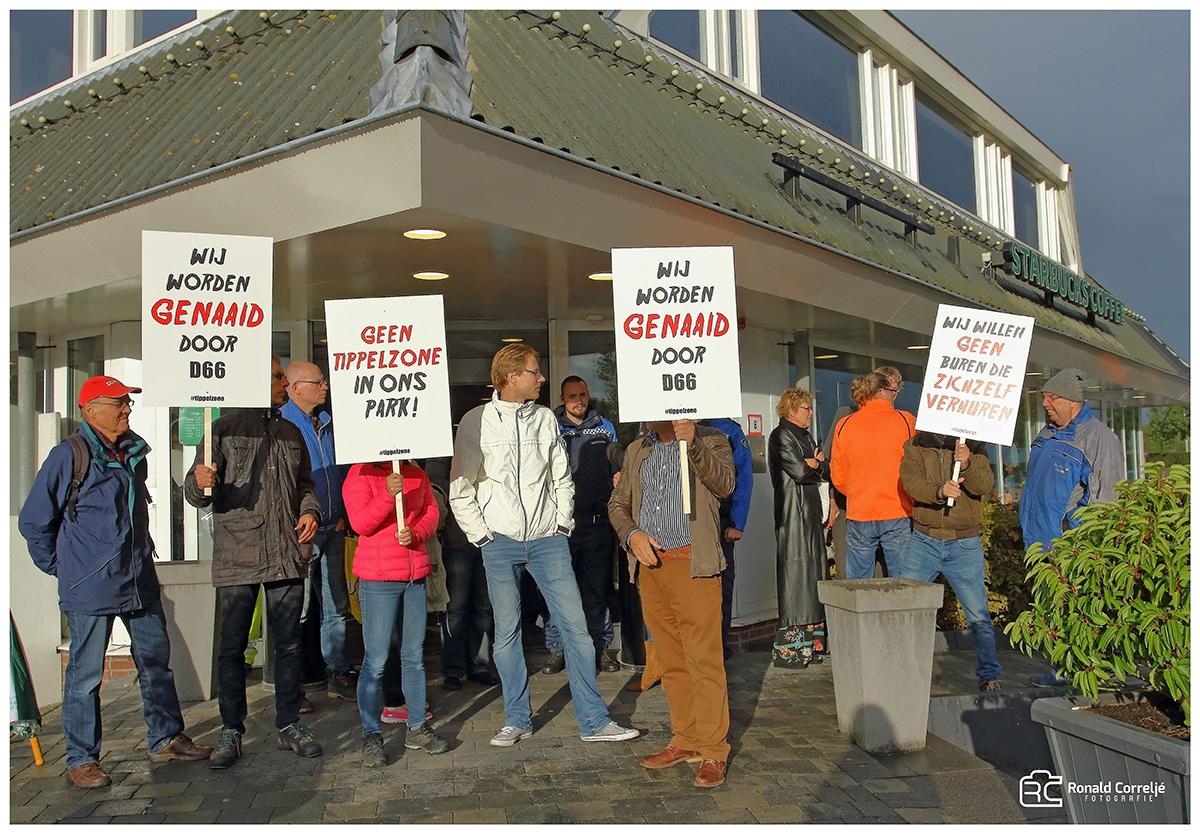 protesterende menigte met spandoeken