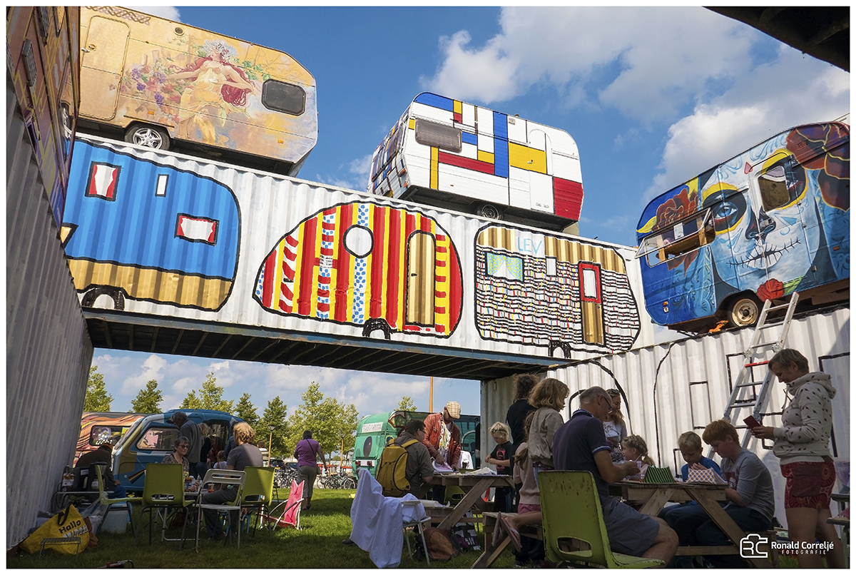 opgestapelde kleurrijke caravans en containers