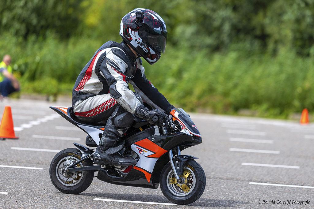 Kind op racemotor