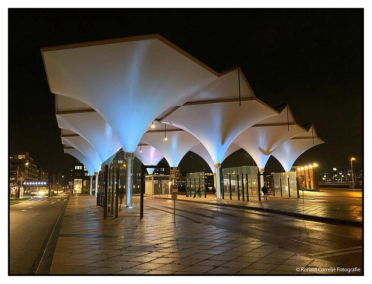 Busstation gemaakt van tentdoek in  de avond