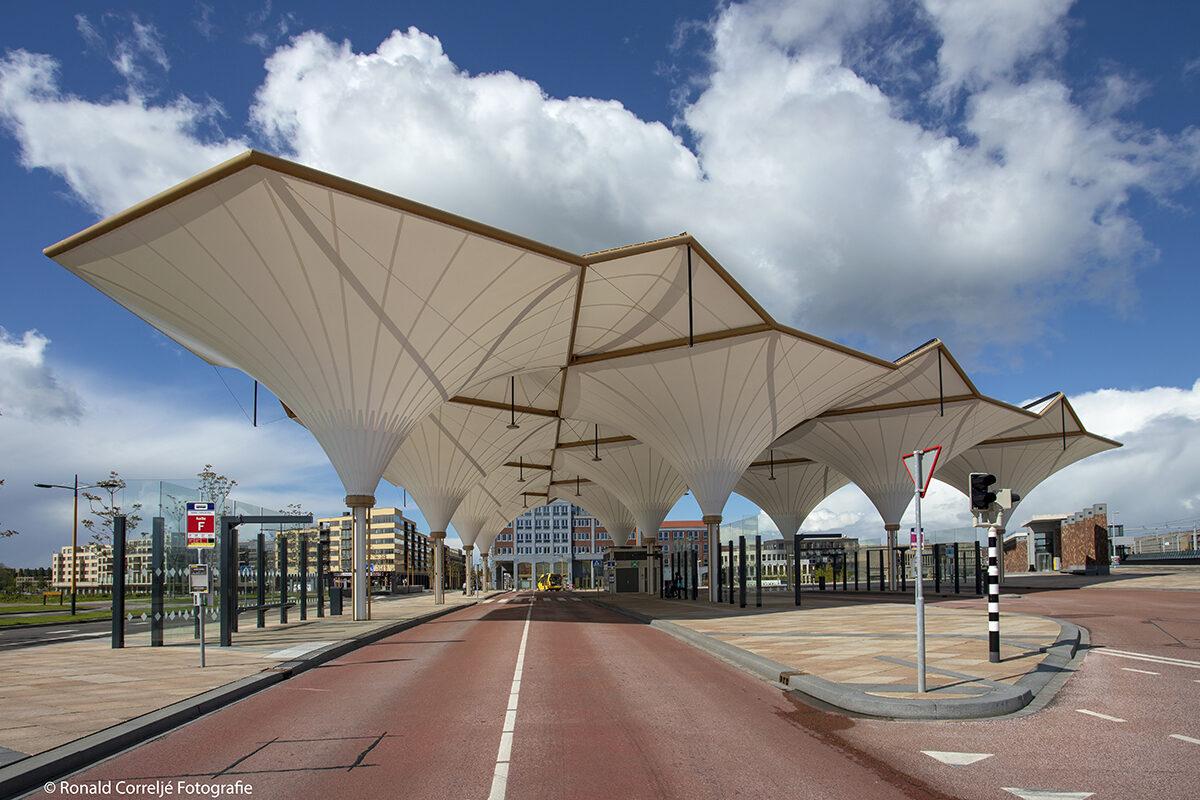 Busstation gemaakt van tentdoek