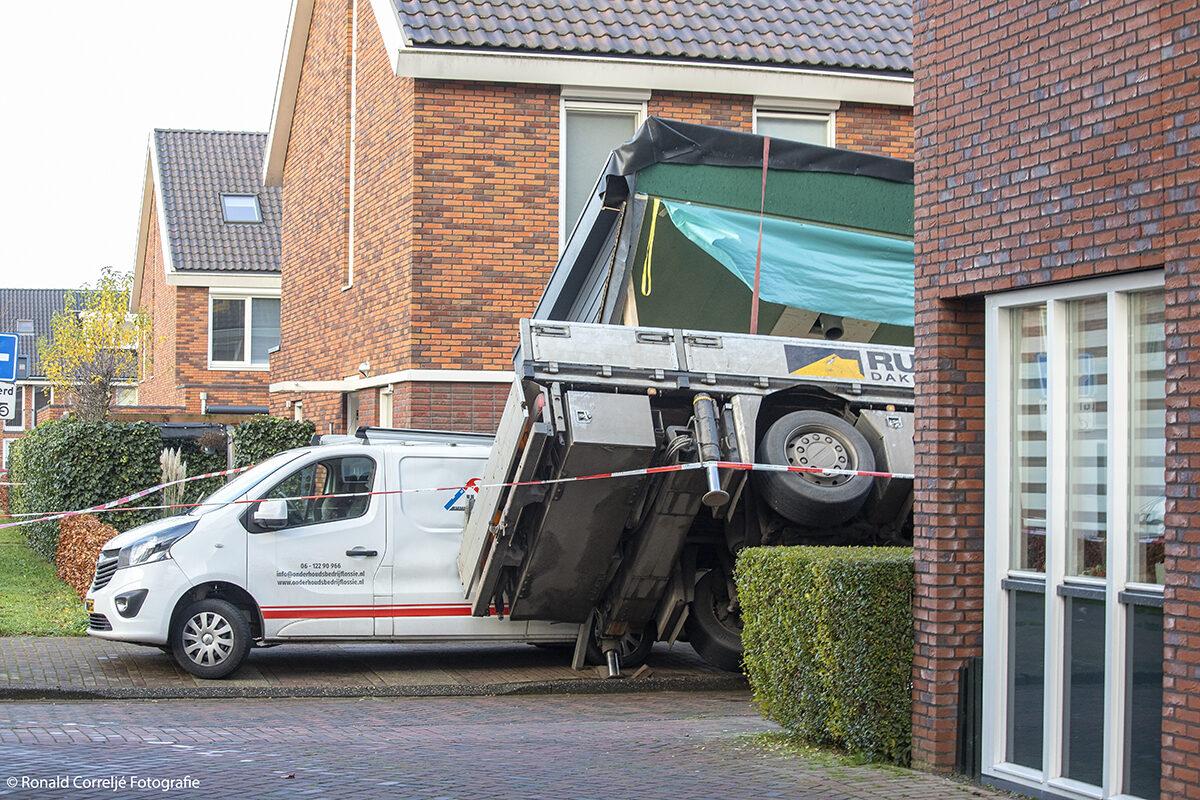 Hijskraan omgevallen op een woning